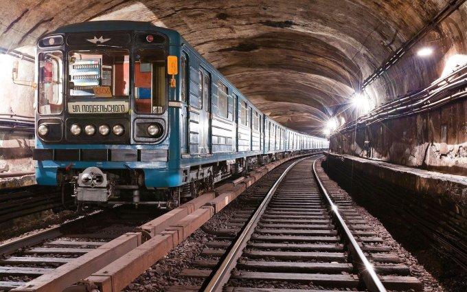 В харьковском метро мать с двумя детьми бросилась под вагон поезда. Видео