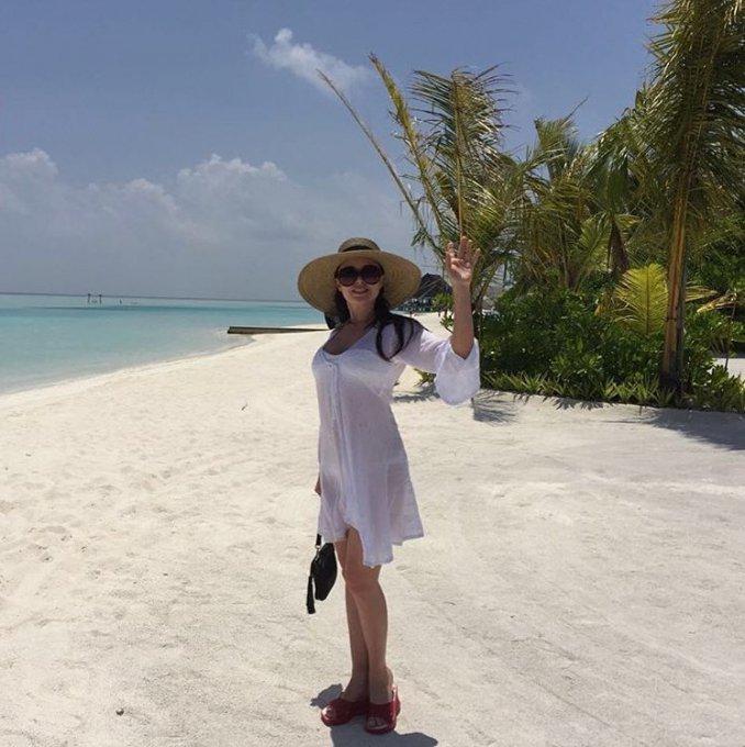 Анастасия Заворотнюк прогулялась по Мальдивам в прозрачной тунике