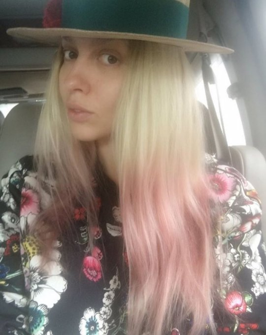 Оля Полякова без макіяжу здивувала рожевими волоссям
