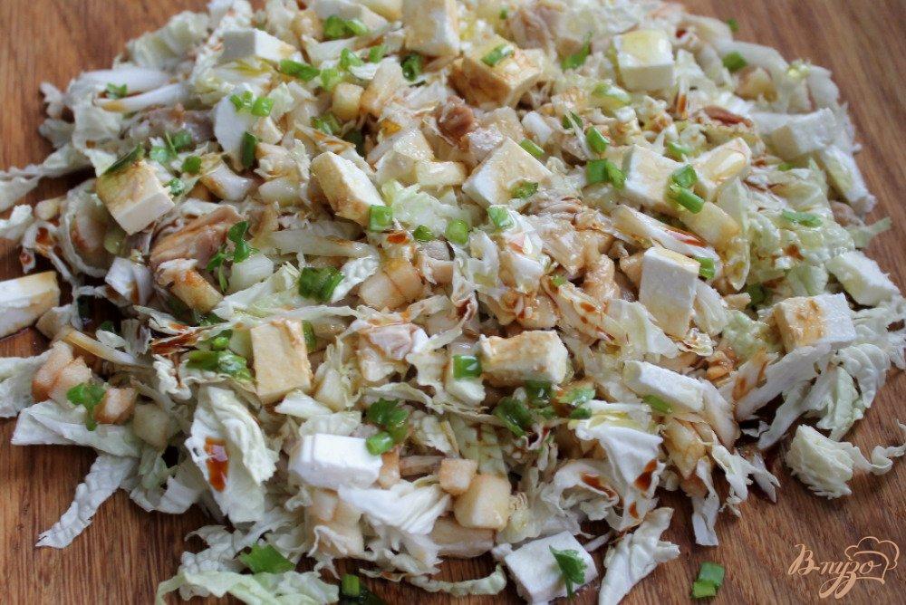 Салат с пекинской капустой и курицей и соевым соусом