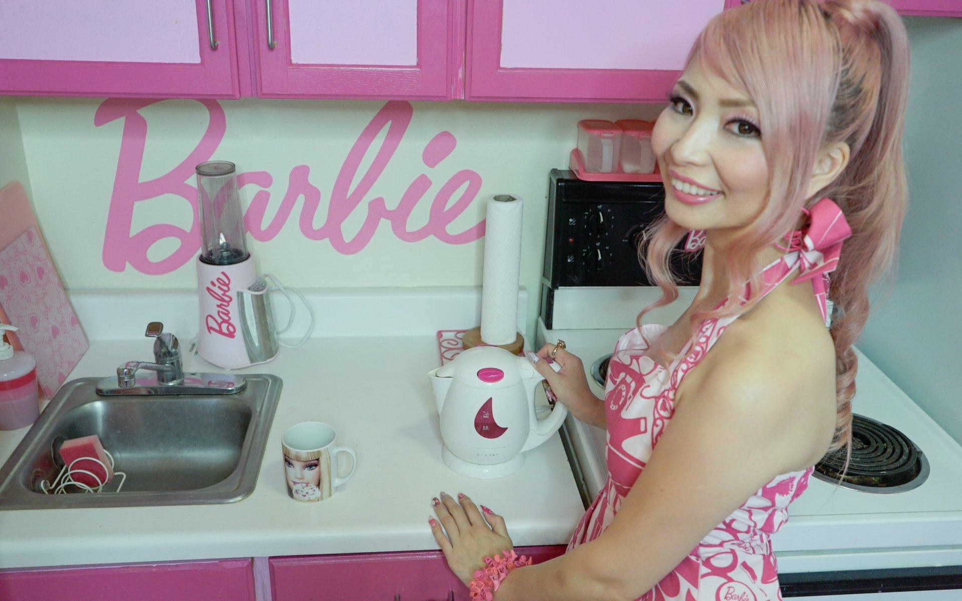 34-летняя женщина живет в кукольном доме. Фото