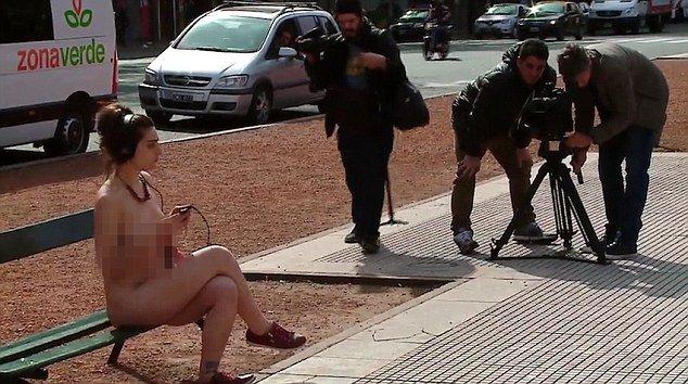 Женщины разделись перед парламентом Аргентины в знак протеста. Фото