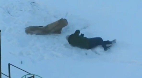 Житель Минска поборолся со своим ковром. Видео