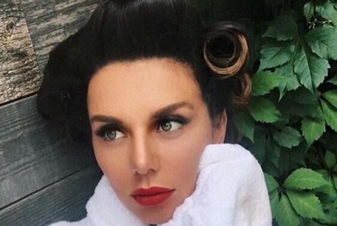 Беременная Анна Седокова выложила фото сполуобнажённой грудью