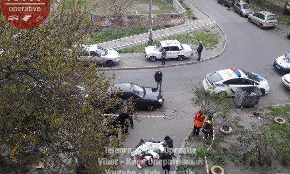 Киев: Мужчина вынес на улицу труп женщины с перерезанным горлом