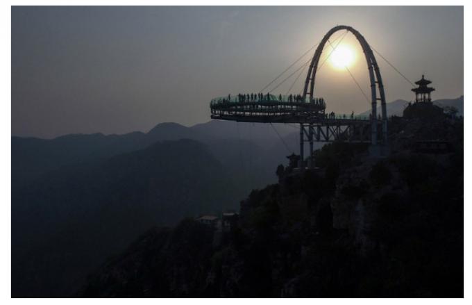 Прозрачная смотровая площадка в Китае для настоящих храбрецов. Фото