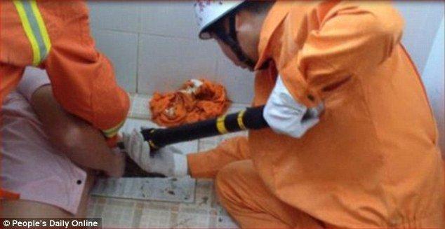 Застрявшему в унитазе китайцу потребовалась помощь спасателей