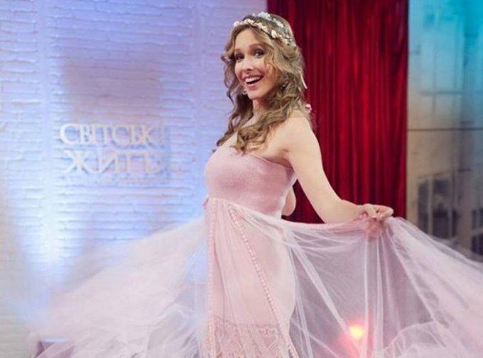 Катя Осадчая восхитила публику в белом платье