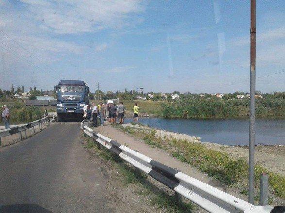 В Николаевской области фура проломила недавно отремонтированный мост