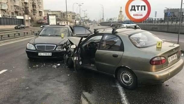 В Киеве водитель устроил лобовое ДТП на встречной полосе