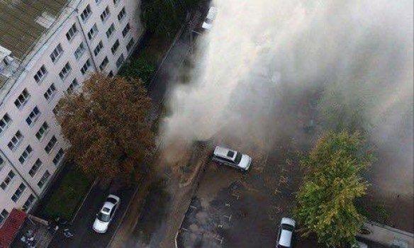 В Киеве на месте прорыва трубы образовался 5-метровый фонтан. Видео