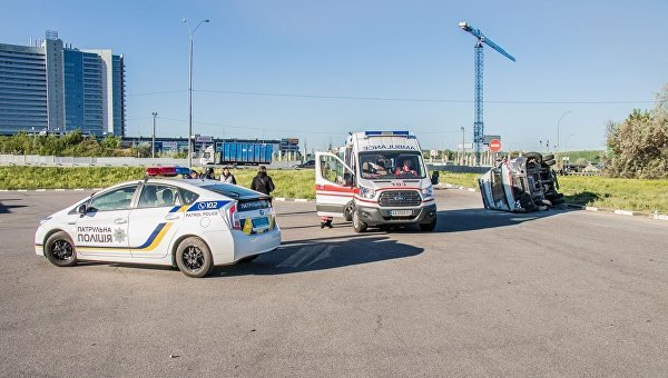 В Киеве «скорая» перелетела через газон и опрокинулась