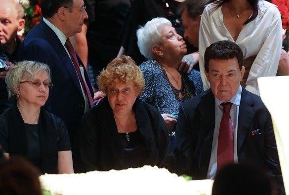 С трудом дошел до гроба: в Сети появились фото больного Кобзона