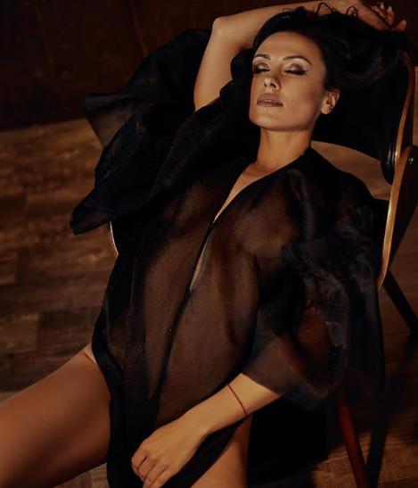 """""""Без білизни, прикрита лише прозорим халатом"""": українська співачка показала інтимне фото"""